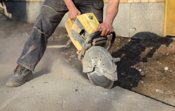 Asphalt or concrete cutting with saw blade